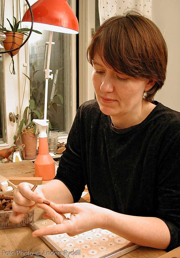 Knappmakerska Rebecca Liljefors hemma i sitt kök